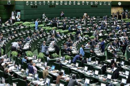 Los parlamentarios son vistos durante una sesión de votación de confianza para los ministros del duodécimo mandato, nombrada por el presidente iraní Hassan Rouhani (no visto) en el parlamento iraní en Teherán, Irán, el 15 de agosto de 2017 [Agencia Fatemeh Bahrami / Anadolu]