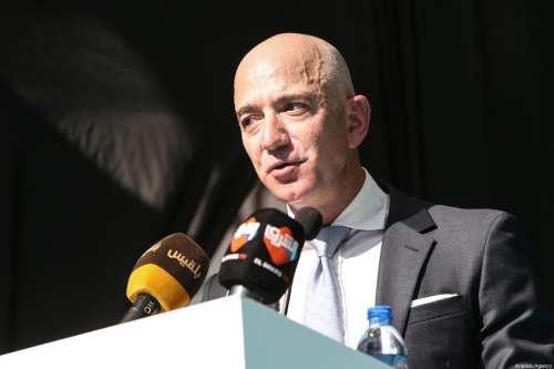 El CEO de Amazon, Jeff Bezos, pronuncia un discurso durante una ceremonia de conmemoración celebrada frente al consulado saudí en el primer aniversario de su asesinato de Kashoggi, en Estambul, Turquía, el 2 de octubre de 2019 [Agencia Elif Öztürk / Anadolu]