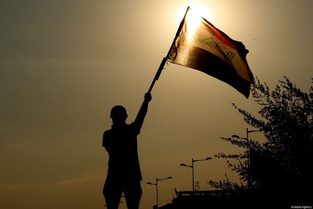 Un manifestante asiste a manifestaciones antigubernamentales en la capital de Iraq, Bagdad, el 2 de noviembre de 2019 [Murtadha Sudani / Agencia Anadolu]