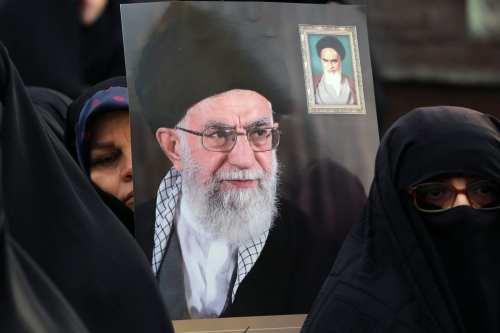 TEHERÁN, IRÁN - 25 DE NOVIEMBRE: Los manifestantes sostienen carteles del líder supremo iraní, el ayatolá Ali Khamenei, durante una manifestación progubernamental para reaccionar ante las protestas debido al aumento del precio del combustible de Irán, el 25 de noviembre de 2019 en Teherán, Irán. (Fatemeh Bahrami - Agencia Anadolu)