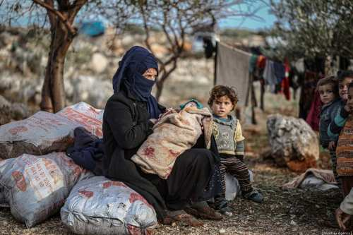 Una familia siria, que se ha visto obligada a desplazarse debido a los ataques llevados a cabo por el régimen de Assad y Rusia, es vista en un campamento en Idlib, Siria, el 28 de diciembre de 2019 [Muhammed Said / Agencia Anadolu]