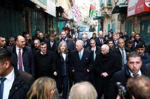 El príncipe Carlos de Gales, acompañado por la ministra de Turismo palestina, Rola Maayia, visita el Belén, Cisjordania, el 24 de enero de 2020. (Issam Rimawi - Agencia Anadolu)