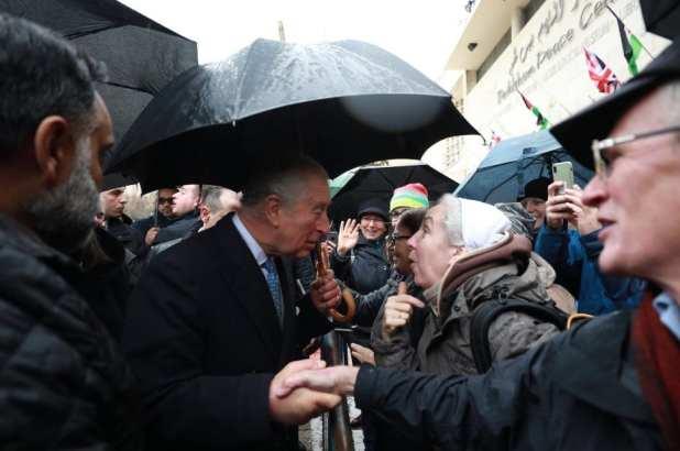 El príncipe Carlos de Gales, acompañado por la ministra de Turismo palestina, Rola Maayia, saluda a los ciudadanos mientras visita Belén, Cisjordania, el 24 de enero de 2020. (Issam Rimawi - Agencia Anadolu)