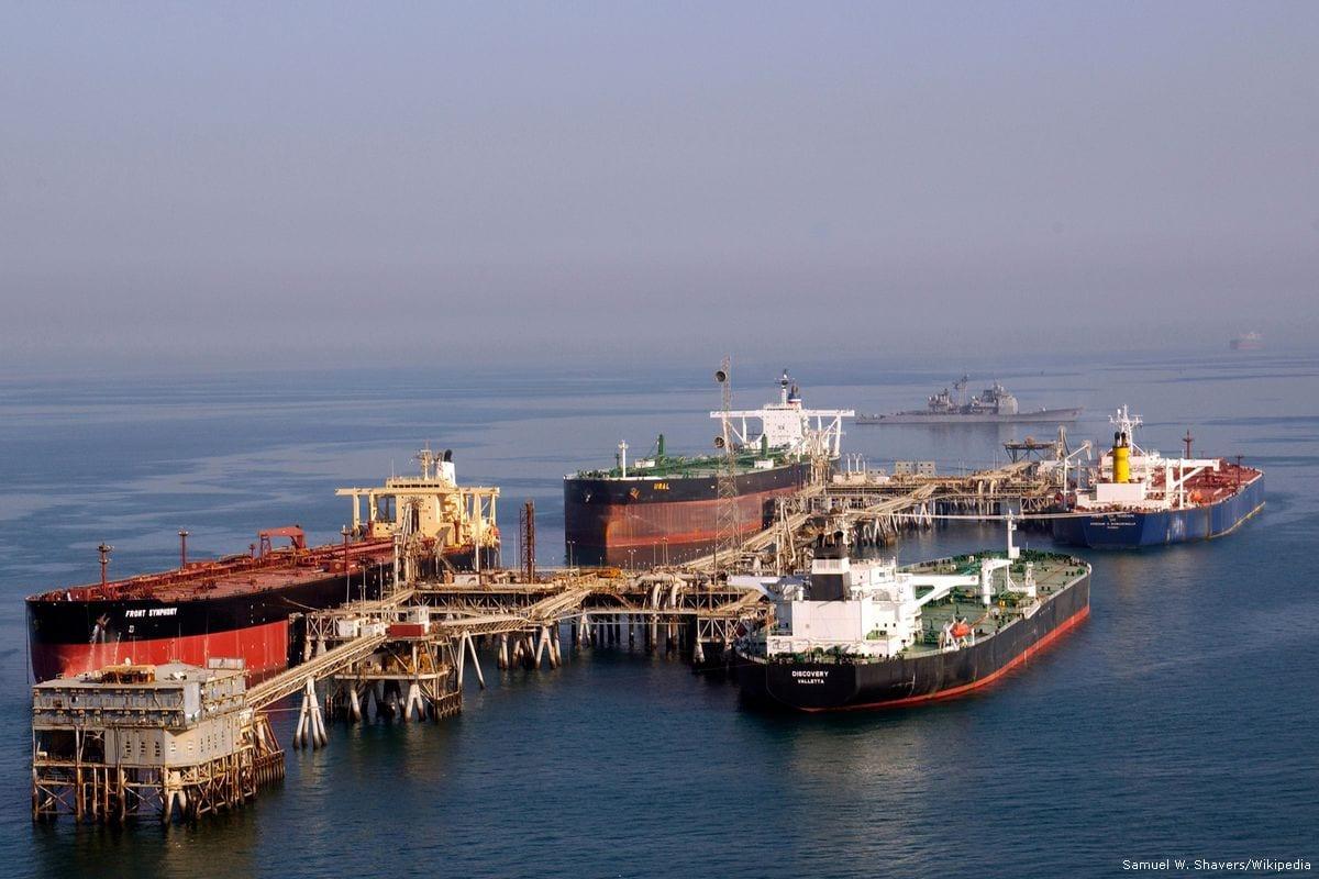 Petroleros vistos en la terminal petrolera de Al-Basra en Iraq [Samuel W. Shavers / Wikipedia]