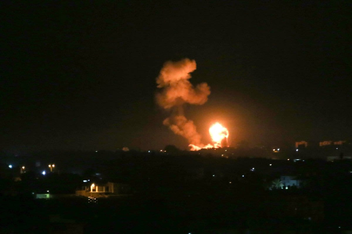 El humo se eleva y la explosión ilumina el cielo nocturno después de que Israel lanzó ataques aéreos contra posiciones de las Brigadas Izz ad-Din al-Qassam, el ala militar de Hamas en Khan Yunis, Gaza, el 5 de febrero de 2020 [Abed Rahim Khatib / Agencia Anadolu]