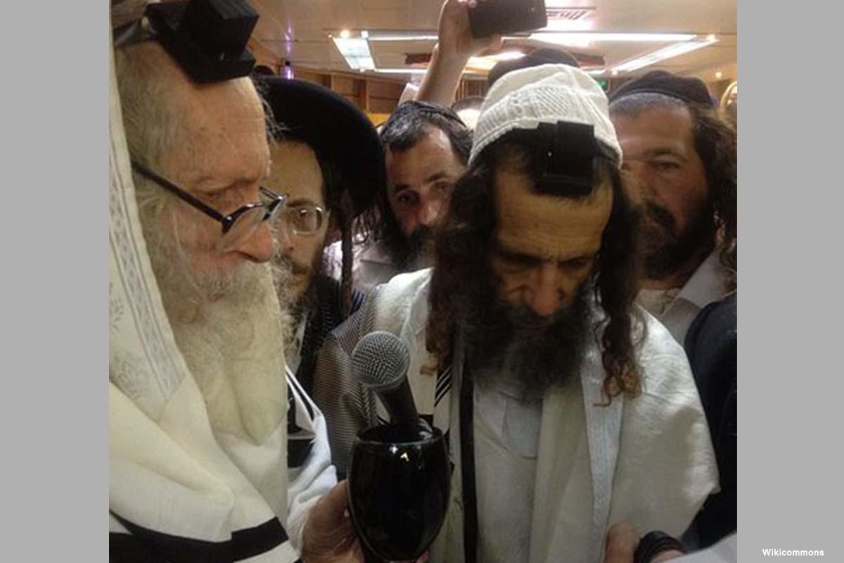El rabino Eliezer Berland (L) fue arrestado por cargos de participación en magia, delitos sexuales, lavado de dinero, uso indebido de fondos de caridad y evasión fiscal [Wikicommons]