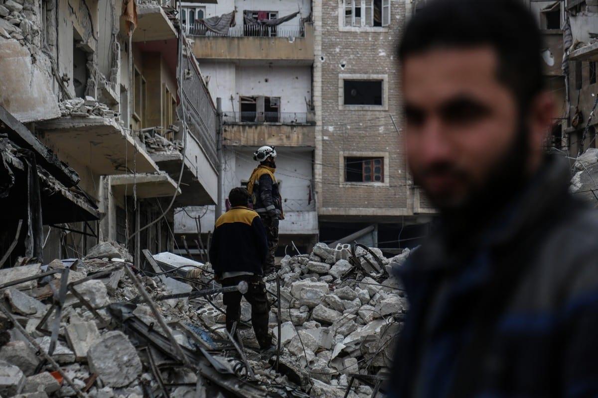 Los equipos de defensa civil realizan trabajos de búsqueda y rescate después de los ataques aéreos en zonas residenciales de Idlib, Siria, el 30 de enero de 2020 [Agencia Izzeddin Idilb / Anadolu]