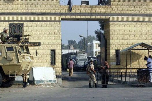 Entrada a la famosa prisión de Tora (prisión del escorpión) en Egipto [Foto de archivo]