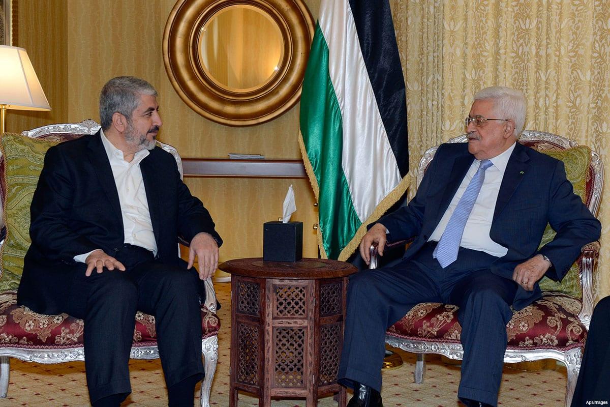 Khaled Meshaal de Hamas con la Autoridad Palestina / Mahmoud Abbas de la OLP [foto de archivo]