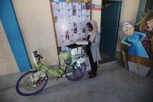 Bicicleta: Para nosotros es la vida' es una iniciativa que lleva libros a los niños que viven en los campos de refugiados en Gaza 14 de abril de 2020 [Mohammed Asad/Middle East Monitor]