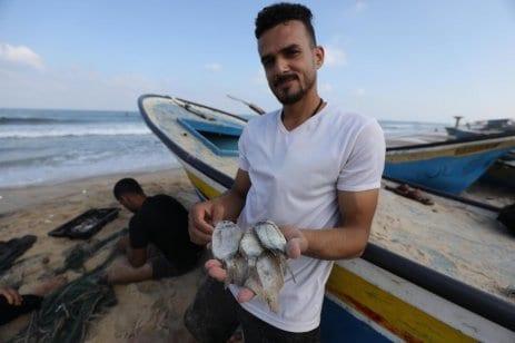 Las fuerzas de ocupación israelíes cerraron completamente la zona de pesca de la Franja de Gaza debido a la supuesta violación de la tregua de seguridad el 16 de agosto de 2020 [Mohammed Asad/Middle East Monitor].