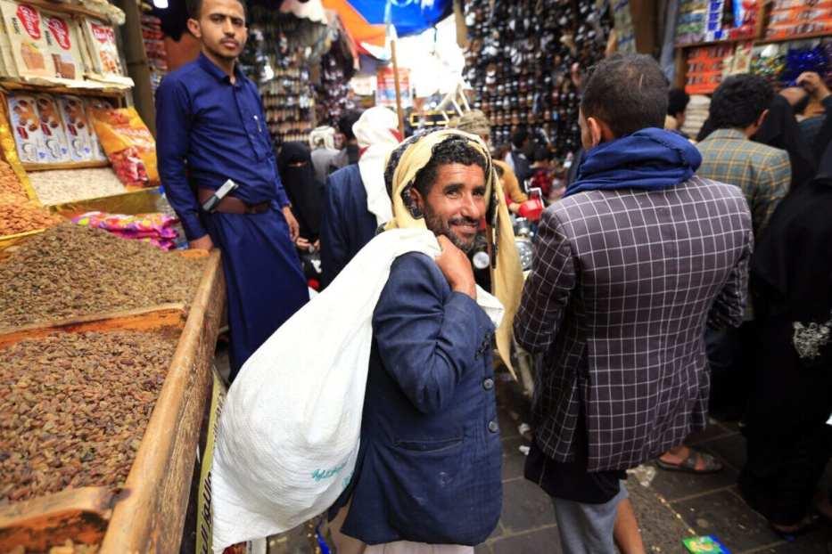 Los yemeníes compran dulces y nueces en un mercado de la capital Sanaa el 27 de julio de 2020, mientras los musulmanes se preparan para celebrar la fiesta anual de Eid al-Adha, o el Festival del Sacrificio [MOHAMMED HUWAIS/AFP vía Getty Images]