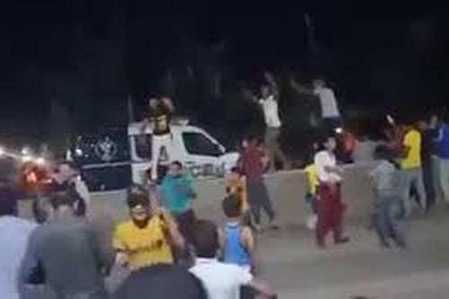 Manifestantes egipcios empujan un vehículo de policía al canal