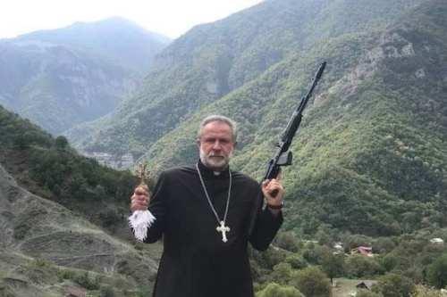 Armenia utiliza la imagen de un sacerdote armado al declarar…