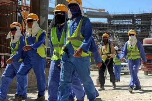 Qatar aumenta el salario mínimo y elimina las restricciones para…