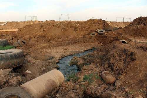 Los colonos israelíes inundan las tierras de cultivo palestinas con…