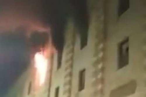 Bomberos intentan sofocar un incendio en la mezquita de Al…