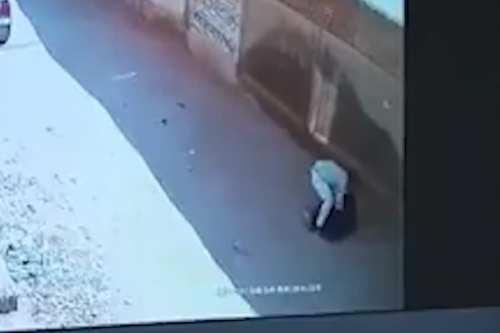 Egipto: Un hombre intenta secuestrar a un niño en brazos…