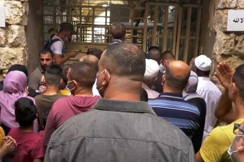 Israel impide que los palestinos entren a la mezquita de…
