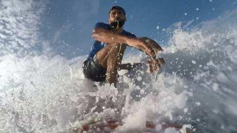 El surfista de Gaza Mohammed Abu Ghanim, el 11 de noviembre de 2020 [Mohammed Asad/Middle East Monitor]