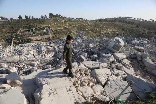 El ejército israelí derriba estructuras residenciales palestinas en la Cisjordania…