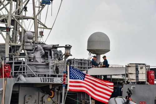 La Marina de EE.UU. incauta armas de contrabando frente a…