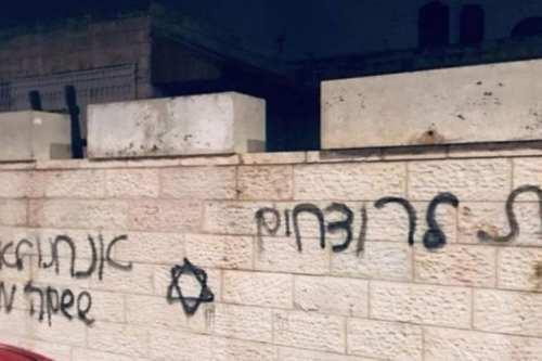Colonos israelíes realizan pintadas racistas y prenden fuego a vehículos…