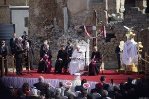 El Papa Francisco (C) asiste a la ceremonia en la Plaza de la Iglesia de Hosh al-Bieaa en Mosul, Irak, el 7 de marzo de 2021 [Osama Al Maqdoni / Agencia Anadolu].