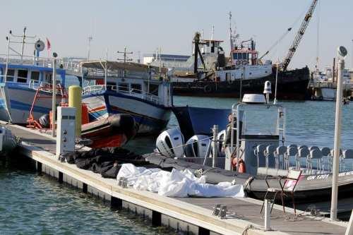 39 inmigrantes africanos se ahogan al hundirse sus embarcaciones frente…