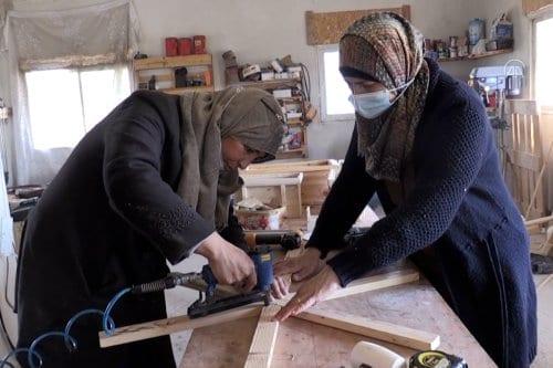 Mujeres palestinas tallan su futuro con madera