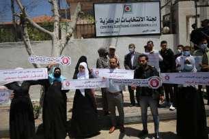 Los candidatos rechazan la cancelación de las elecciones palestinas [Mohammed Asad/Middle East Monitor].