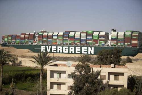 El Ever Given sigue retenido en el Canal de Suez…