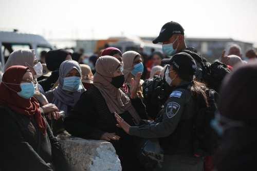 Israel impide a los palestinos no vacunados entrar en la…
