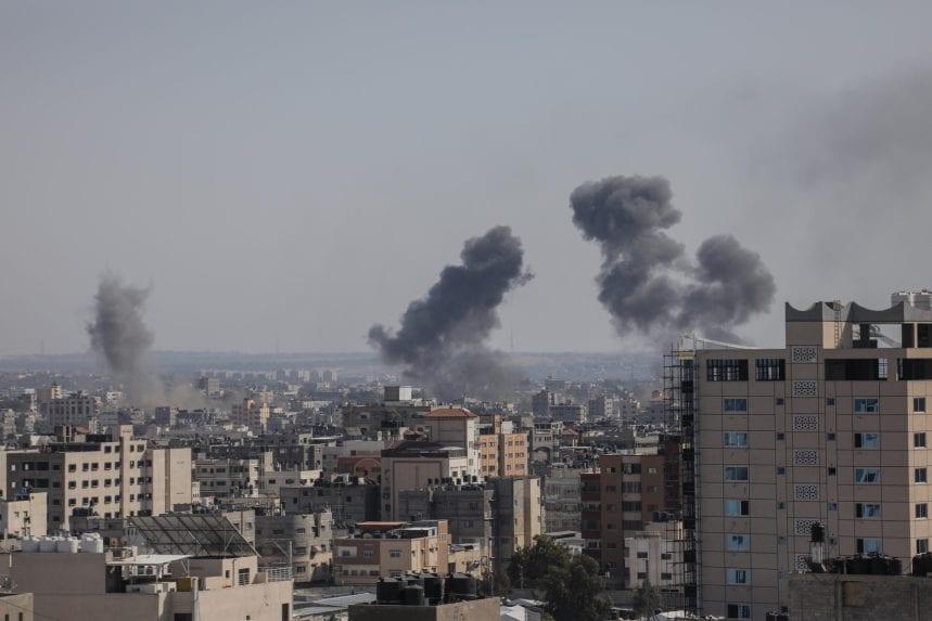 Israel, que golpea continuamente la asediada Franja de Gaza durante todo el año, aumentó entonces sus ataques y arrasó numerosos bloques de viviendas, y mató a sus 35 palestinos, entre ellos nueve niños [Mohammed Asad/Middle East Monitor].