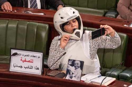 Una diputada tunecina se sienta en el Parlamento con chaleco…