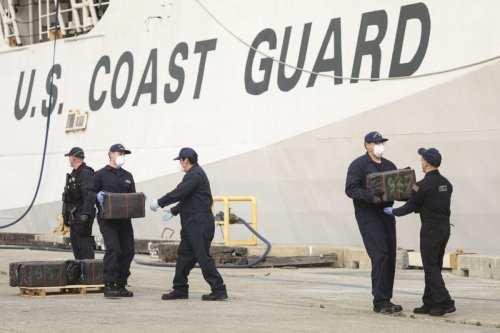 Una patrullera estadounidense realiza disparos de advertencia contra buques iraníes