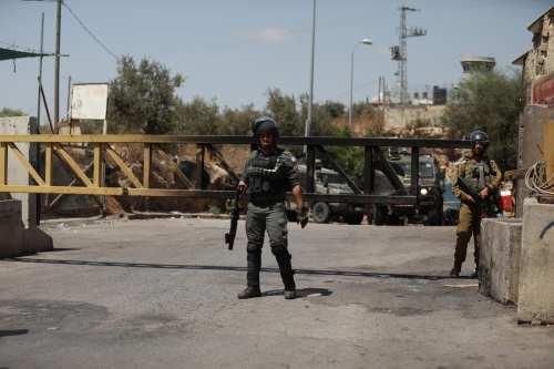 Los colonos israelíes cierran la autopista Jerusalén-Hebrón y derriban una…