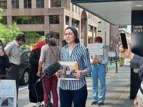Las tres hijas de Jihan Qunoo no tenían a su madre a su lado durante el bombardeo israelí de Gaza en mayo de 2021.