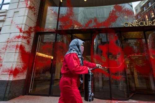 Los activistas británicos pro Palestina demuestran que la acción directa…