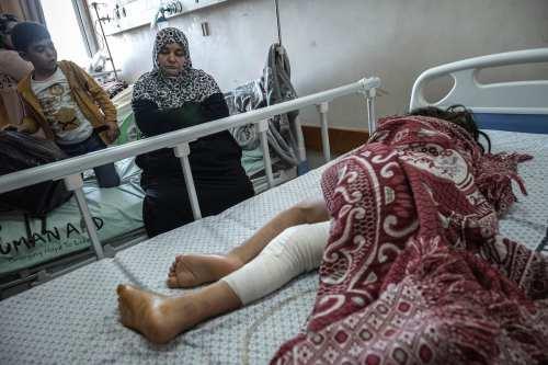 ¿Por qué Israel prohíbe a las madres palestinas acompañar a…