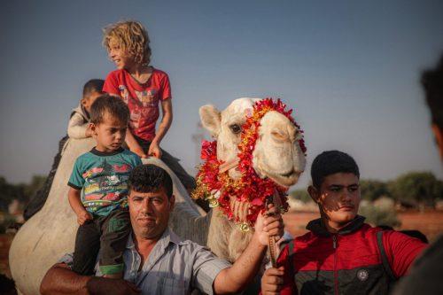Los sirios desplazados en Idlib celebran el Eid a pesar…