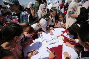 Los niños del puerto de Gaza colocaron sus cartas de sueños y aspiraciones en botellas y las arrojaron al mar con la esperanza de que llegaran al mundo, 30 junio 2021 [Mohammed Asad/Middle East Monitor]