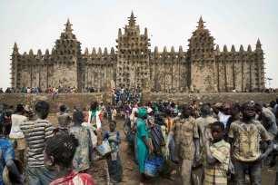 La gente participa en la representación anual de la Gran Mezquita de Djenne en el centro de Malí el 28 de abril de 2019 [MICHELE CATTANI/AFP vía Getty Images].