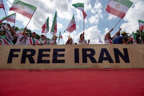 Los manifestantes de Irán piden al gobierno que invierta en…