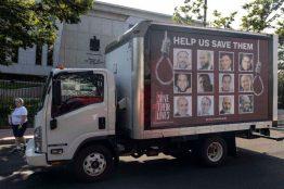 Los días 17 y 18 de julio de 2021, un camión publicitario recorrió Washington D.C. y el norte de Virginia mostrando los rostros de 12 presos políticos en Egipto que se enfrentan a la pena de muerte [The Freedom Initiative/Flickr].