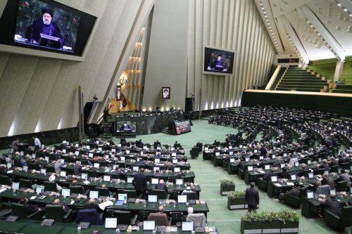 El Parlamento iraní aprueba los nombramientos de Raisi para su…