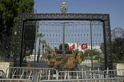 Academicos advierten que Túnez se dirige hacia el autoritarismo