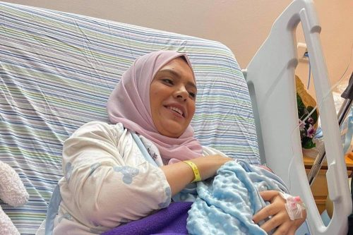 La recién liberada Anhar Al-Deek da a luz a un…