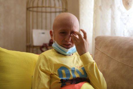 El palestino Ahmed Qawasmeh, de 11 años, enfermo de cáncer de huesos, es visto en su casa en Hebrón, Cisjordania, el 15 de septiembre de 2021 [Mamoun Wazwaz/Agencia Anadolu].