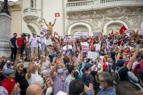 """Túnez: más peticiones para detener el """"golpe"""" del presidente"""